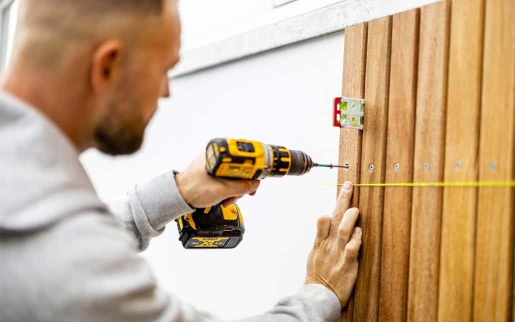 fokuseret tømrer arbejde med brædder på murværk