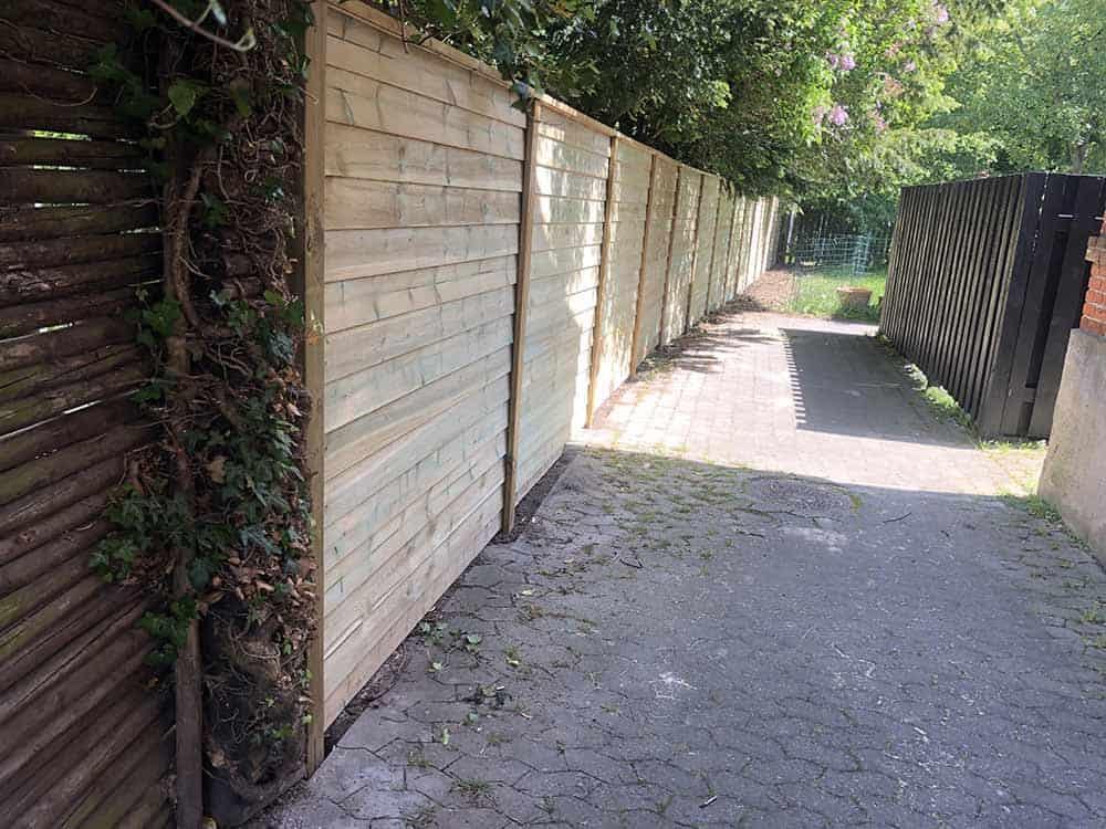 renovering af hegn fotograferet en sommerdag