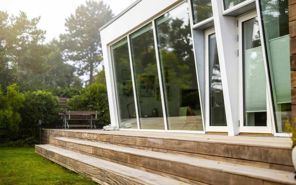æstetisk flot tilbygning med tilhørende terrasse