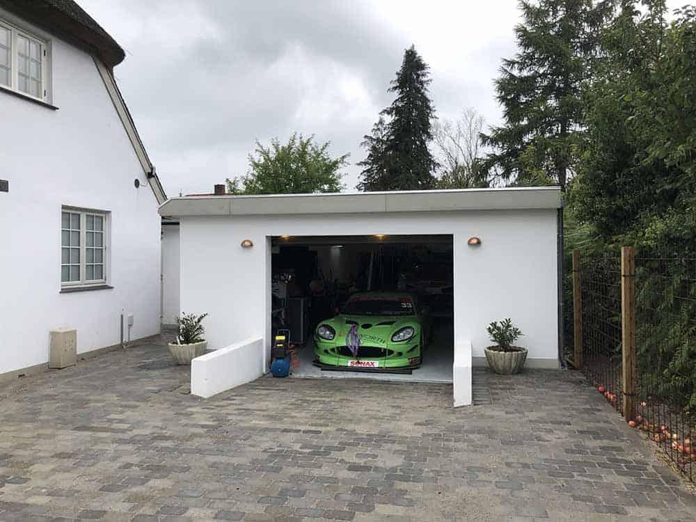 garage med grøn sportsvogn
